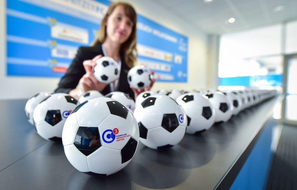 Geschenk passend zu Motto und Location: Ein Fußball, in dem Rasen wächst